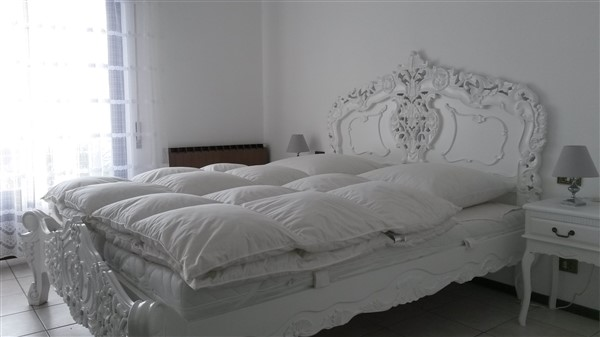 Schlafzimmer 1 mit Doppelbett und Terassenzugang