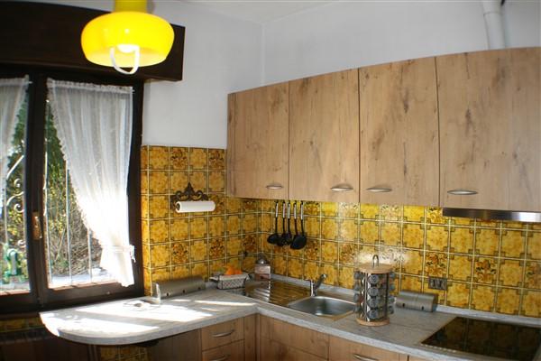 Moderne Einbauküche mit Induktionsfeld